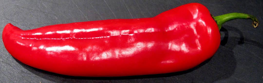 1. vask en stor paprika. Jeg bruker «smakspaprika» for de er hakket søtere enn de vanlige paprikaene. Prikk paprikaen med en spiss kniv.