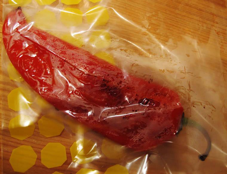3. Ta paprikaen ut av ovnen og over i en plastpose. Sørg for at posen er tett. La ligge i 5 minutter.