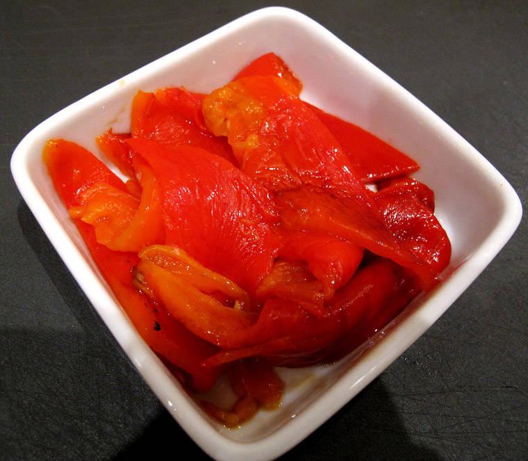5. Skjær flotte fileter av paprikaen og server:-)