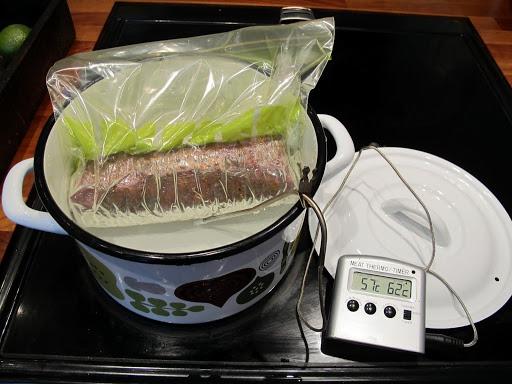Varm vannet til 56-58 grader. Bruk elektronisk termometer. Blir det for varmt, tar du av vann og fyller på kaldt vann. Temperaturen skal ikke overstige 56-58 grader. La gryta stå på laveste innstilling. Følg jevnlig med. Kjøttet skal ligge i vannbad i min. 1 time.