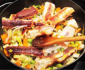 Tilsett krabbebeina etter at du har tatt ut kjøttet. Hell over 1 litervann, litt salt og pepper, og la stå i 30 minutter.