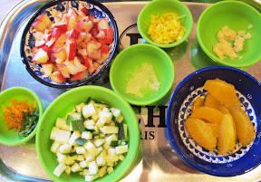 revet skall av 1/2 appelsin og lime, revet hvitløk (2 fedd), revet ingefær( 5 cm), chili etter smak, appelsinfileter , fersken i terninger, squash i terninger.