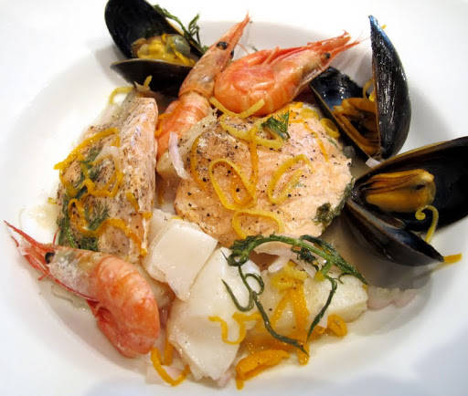 Fisken kan serveres i matpakken eller som her, på en tallerken.
