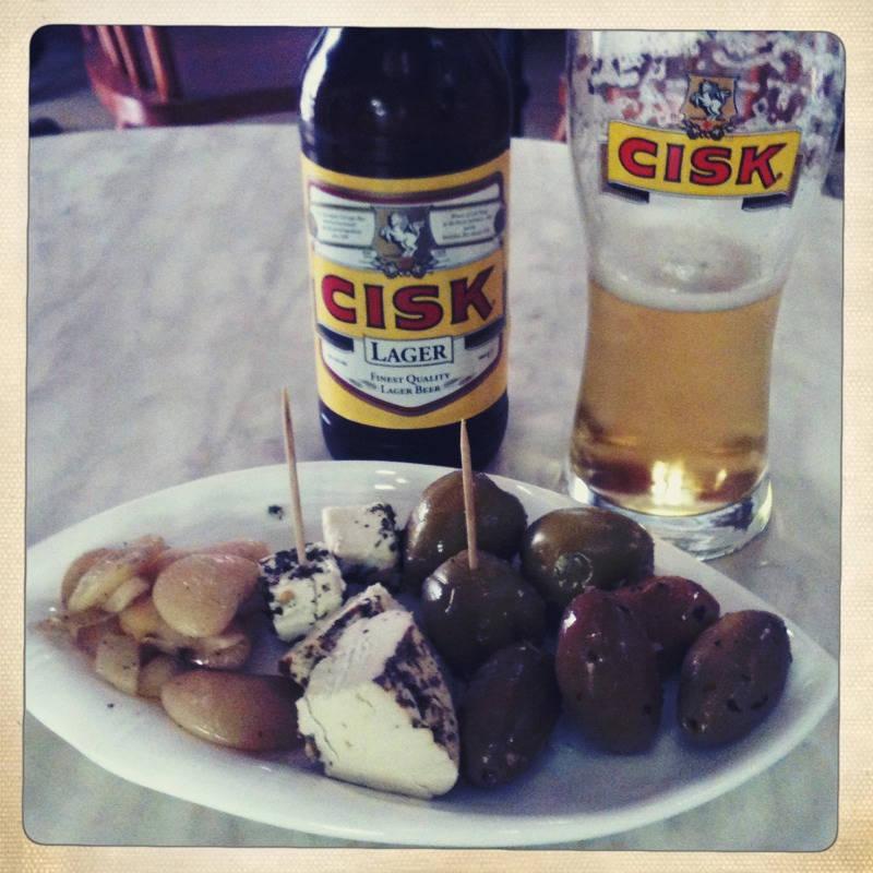 Cisk, gjeitost, oliven og bønner.