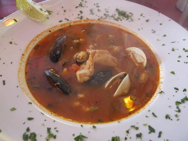 Fiskesuppe med skalldyr.