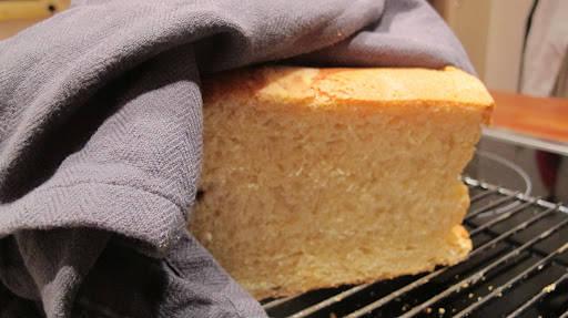Nybakt brioch. Herlig søndagsfrokost med smør og nyrørte bringebær til.
