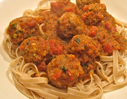 img 57612 512x400 - Kjøttboller med pistasjnøtter og spicy tomatsaus