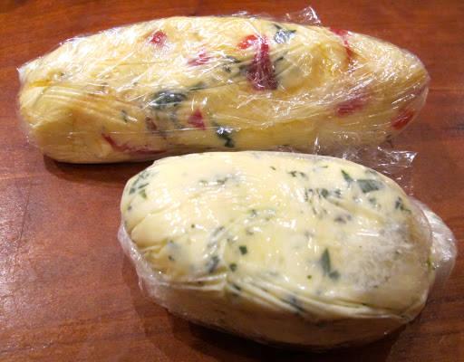 Smør kan fryses. Ha det over i plastfolie og rull det sammen til en pølse. Enkelt å ta ut av fryseren ved behov.