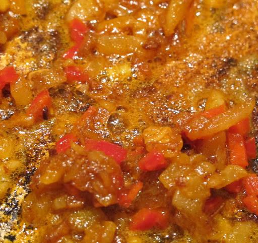 I en gryte mykner du løken i smør på lav varme i 10 minutter. Tilsett chili og krydder og rør forsiktig. Når alt er blandet tilsetter du kyllingkraft.