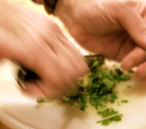 Tilsett koriander og persille og tilsett retten når det gjennstår halve koketiden.