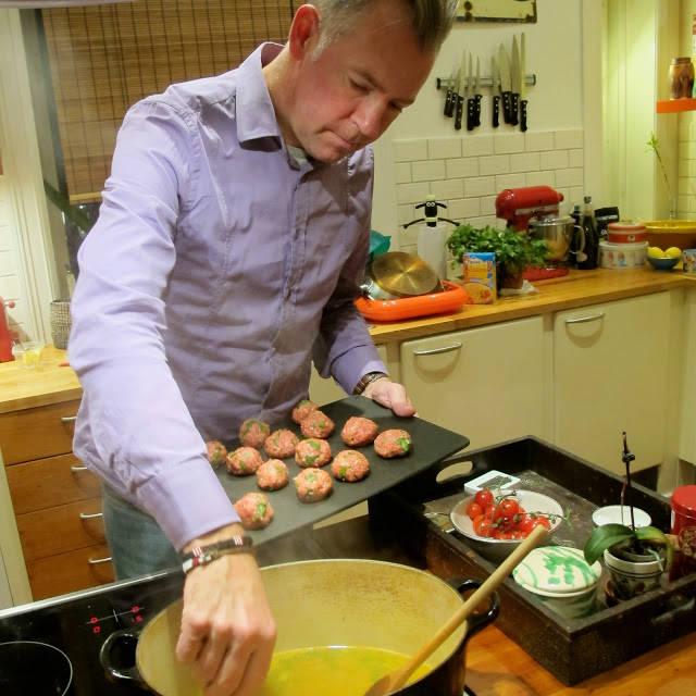Kok opp kraften og senk de rå kjøttbollen i gryten. Senk temperaturen til medium. La stå i 45