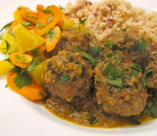 Når kjøttbollene er ferdige, og sausen har blitt fin, tykk og «sticky» rører du inn sitronsaft og sitronskall og strør du mer bladpersille over retten og serverer sammen couscous. Vi lagde couscous med ristede flakmandler og en en knivspiss Ras-al-hanout (et marokkansk krydder med autentiske smaker).