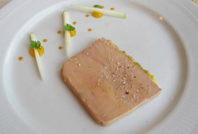 Husets lettrøkte foie gras med eple.