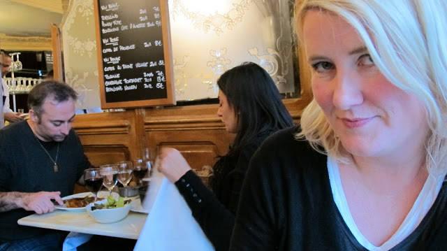 En lykkelig matblogger og gjester hos Le Chardenoux.