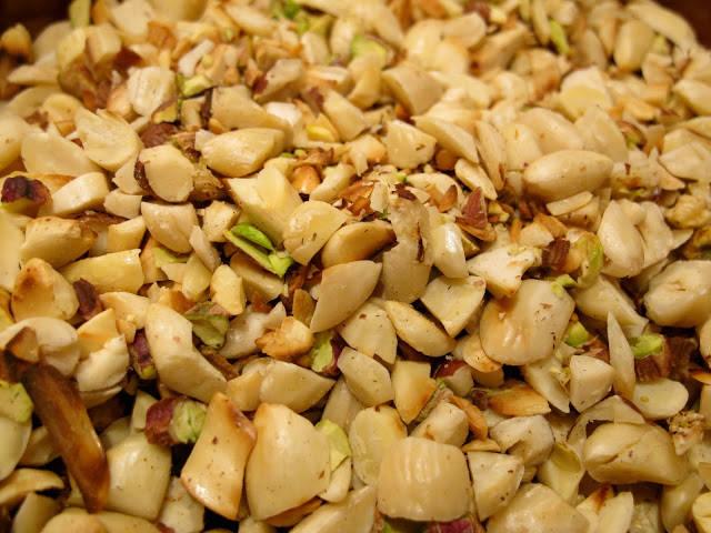 Mandler, hasselnøtter og pistasjenøtter ristes i tørr panne før bruk.