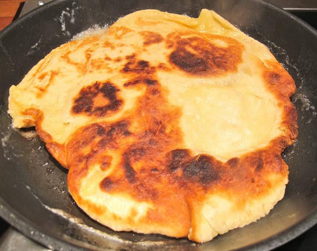 Naan laget i panne. Ønsker du en veganerversjon av naanbrødene, finner du oppskrift på Vegetarbloggen.com