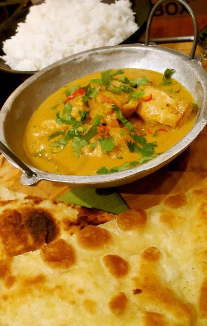 Fluffy ris, hot chicken tikka masala og naanbrød. Trenger du egentlig mer i livet?