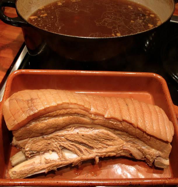 Her er ribben ferdigtrukket i kraften. Nå skal den pensles og inn i ovnen en halv time.