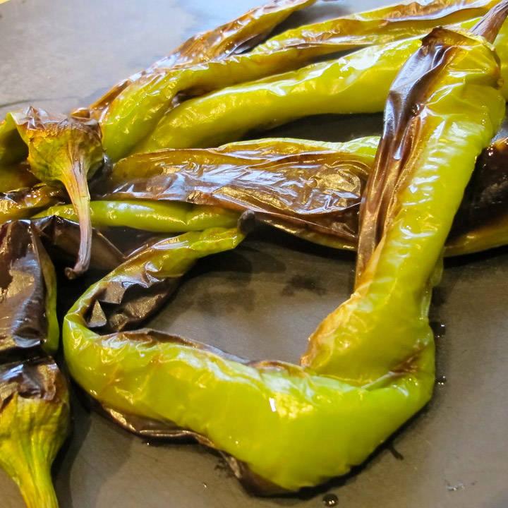 grillede paprika klare til å flås.
