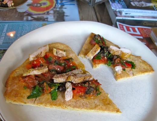 Hjemmebakt brød med salsa og kylling