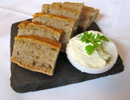 Herlig, nybakt brød med urtesmør