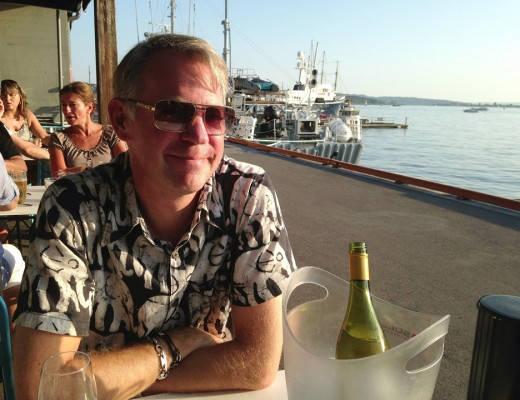 Erik er meget fornøyd med beliggenheten og iskald vin i kjøler. Kan det bli bedre?