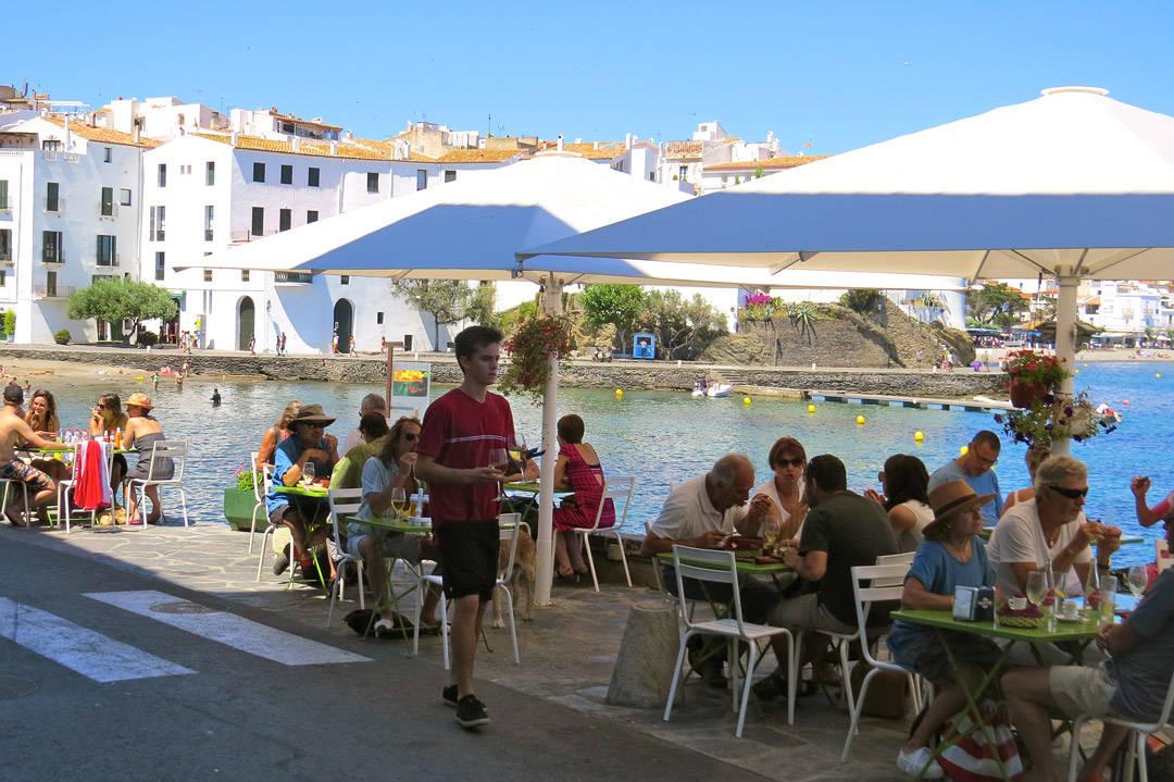 Stripa med Es Cau, L'estable og flere restauranter på rad og rekke. Herlig utsikt utover vannet og byen.