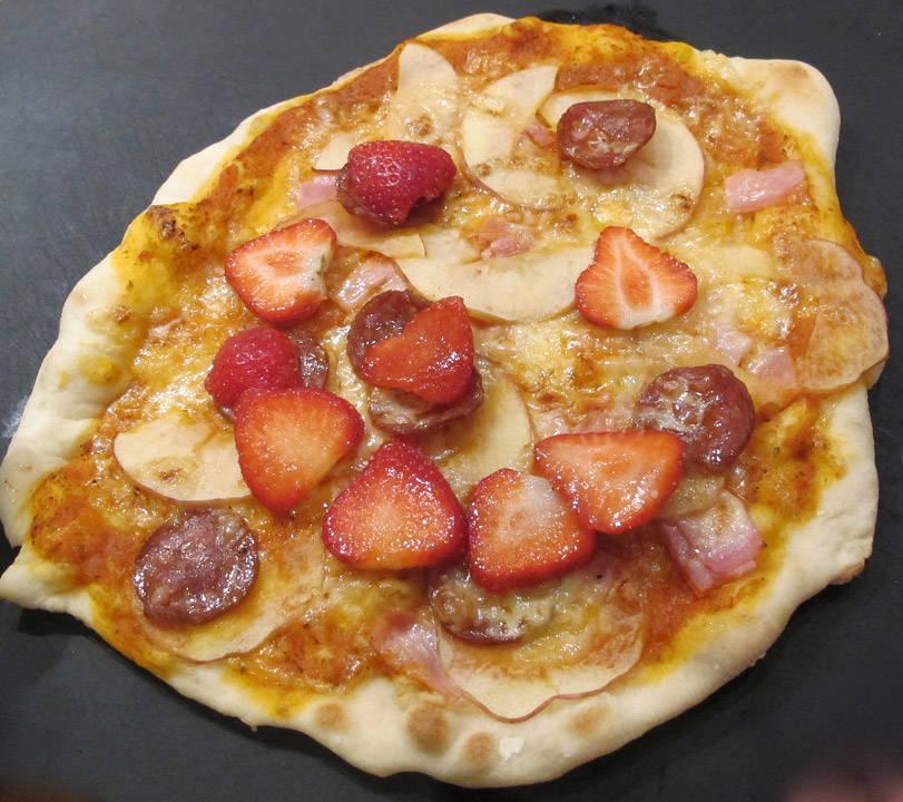 Jespers pizza med eple, pepperoni, skinke og jordbær. Jordbærene la han på etter at pizzaen var ferdigstekt. En god idé.