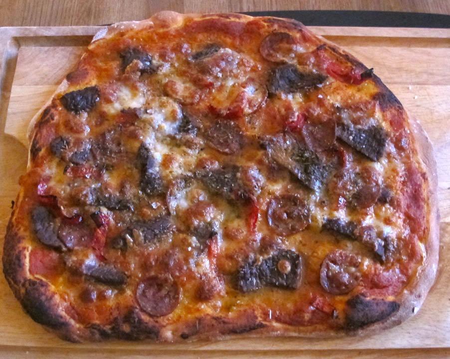 De voksnes pizza. Biff, pepperoni og grillet paprika.