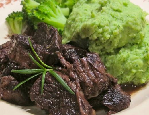 Rødvinskokt oksekjøtt med spinatpotetmos og brokkoli