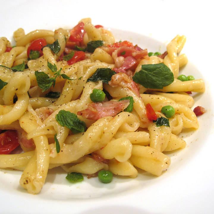 Pasta med erter, bacon, mynteblader, tomater og parmesan