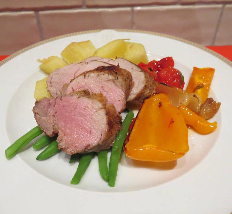 Indrefilet av svin med paprika, løk, tomater, aspargesbønner og stekte poteter