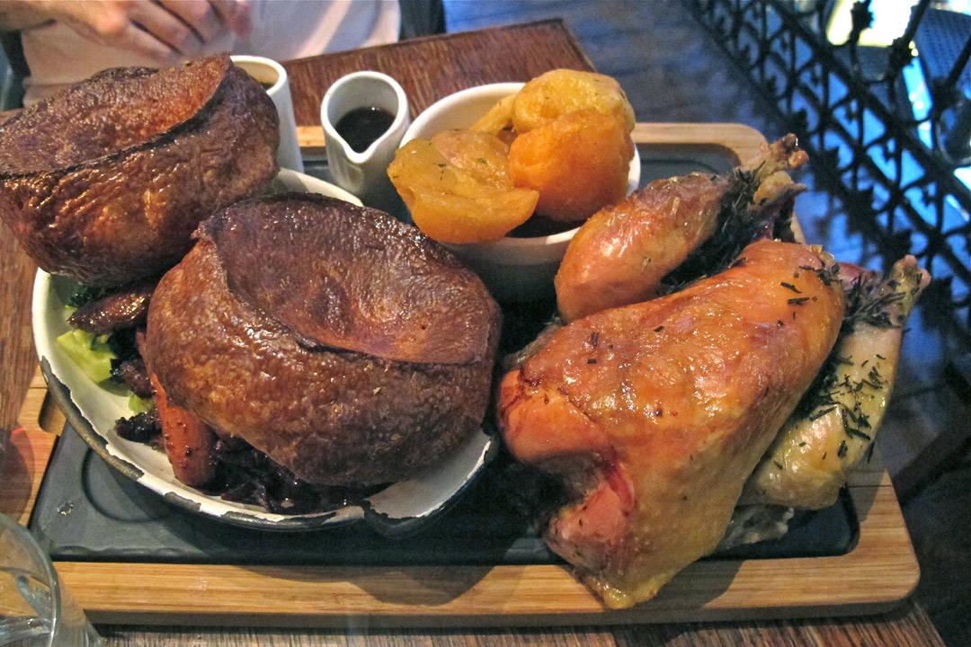 Herregud! Perfekt stekt rapphøne (for to personer) med gåsefett-stekte poteter, rødkål, saus og yorkshire pudding på størrelse med et romskip!