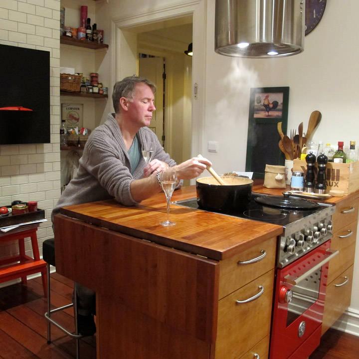 Og hva gjør man mens man venter? Drikker litt prosecco kanskje? Erik benytter sjansen:)