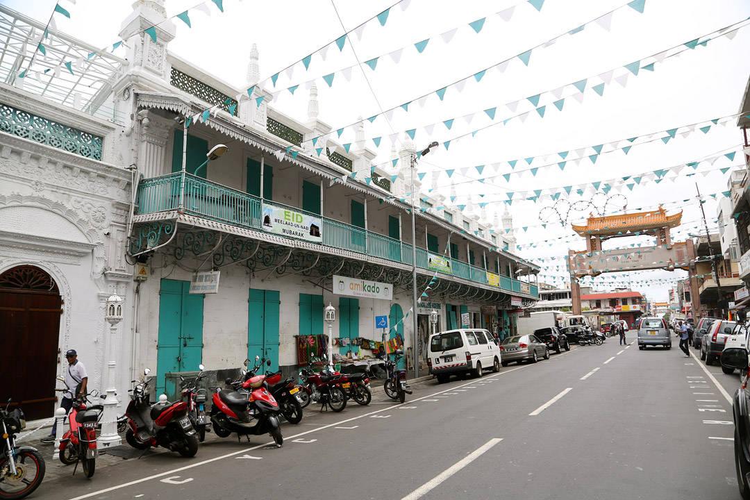 Chinatown, Buddahtempler, hindutempler og hovedmoskeen, side om side.