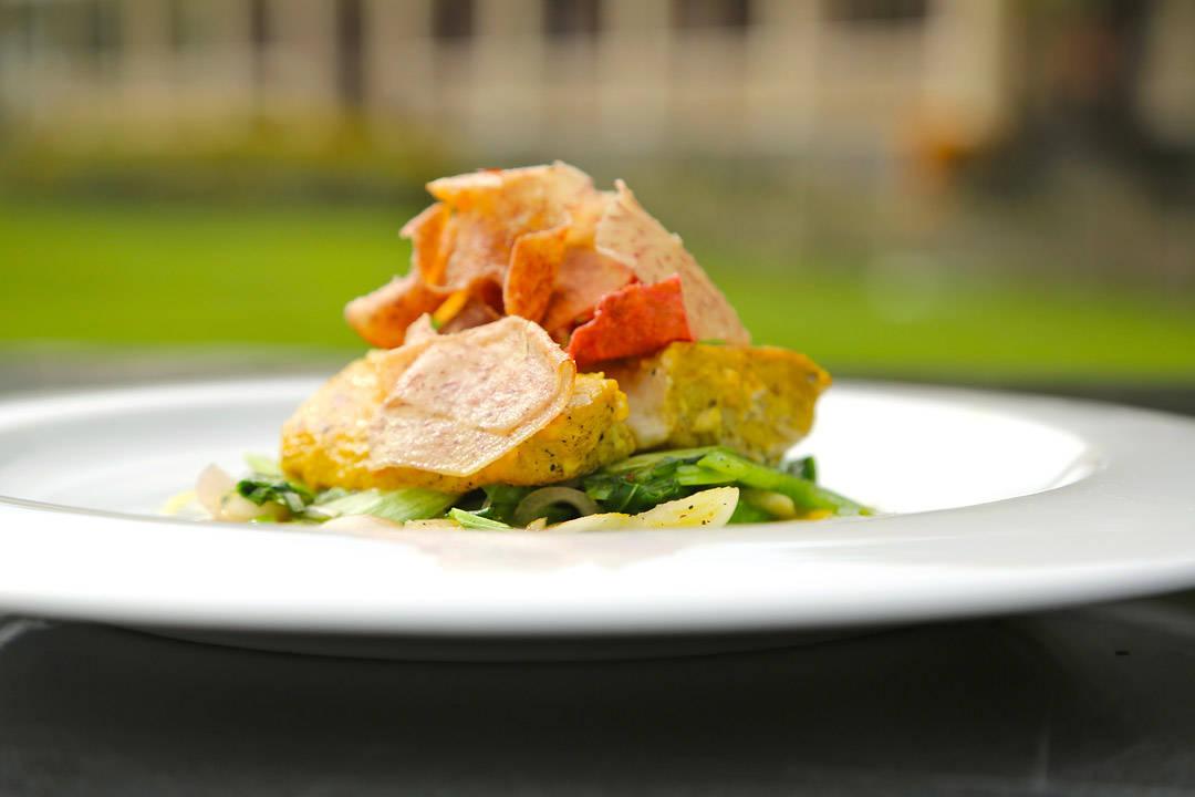 perfekt lokal fisk penlet med sukkerlake fra romfabrikken, ingefær og tamarin servert med rotfruktchips og wokede grønnsaker