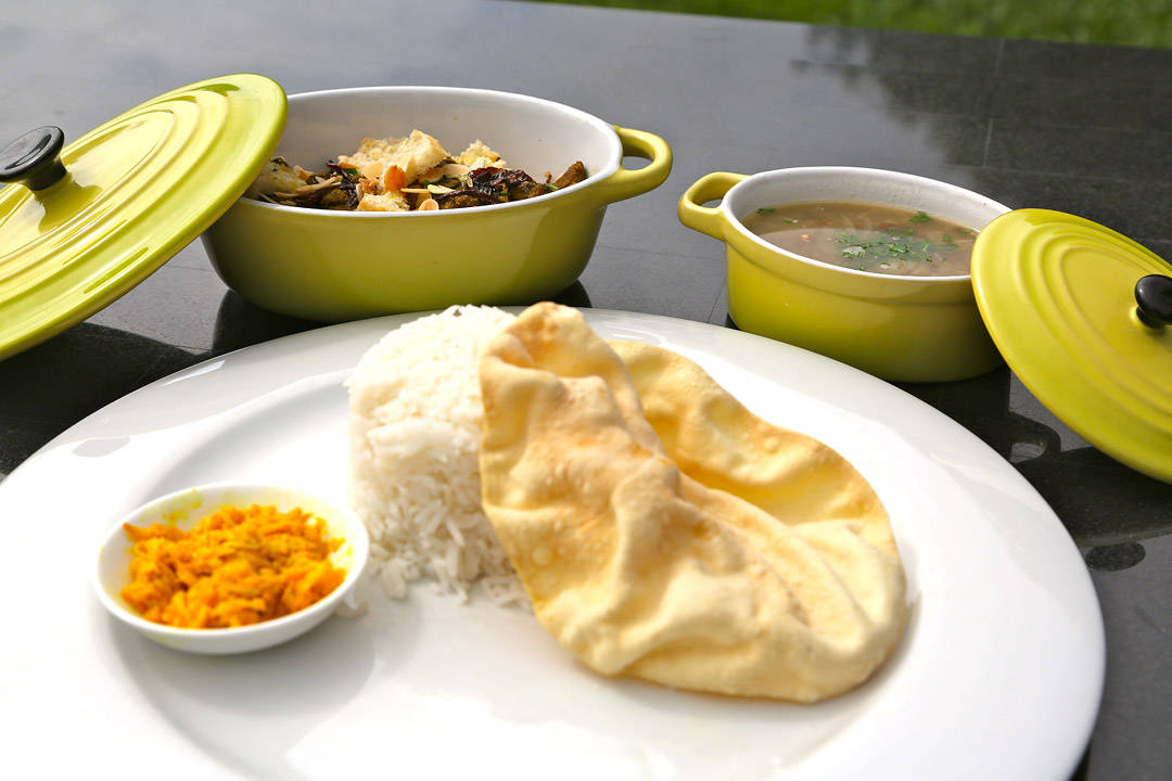 Tørr lammecurry - en mauritiisk spesialitet servert med indisk papadam, mango og sort linsegryte.