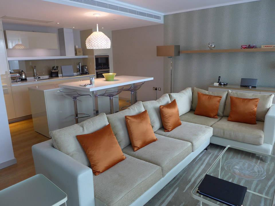 Stue og kjøkken på Chaval Three Quays Hotel. Sinnsykt lekkert.