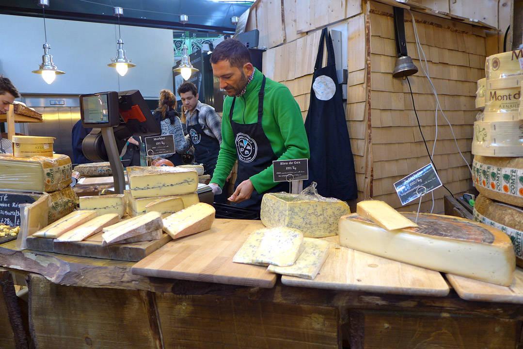 En av mange osteutsalg på markedet.