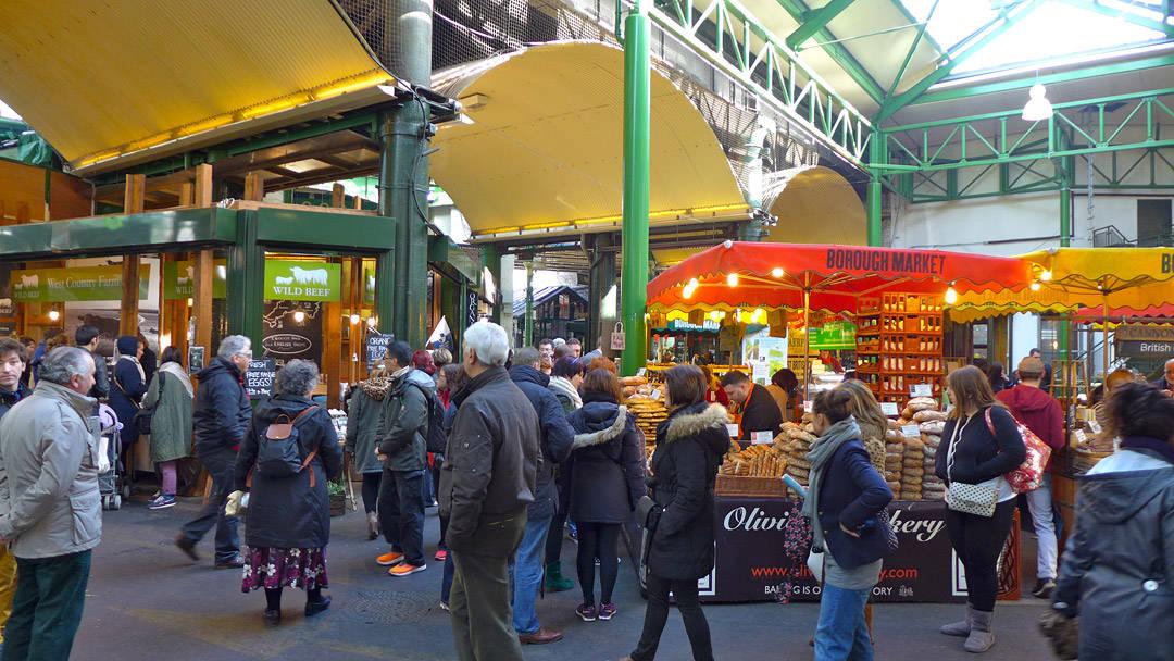 Mange folk på markedet en lørdag.