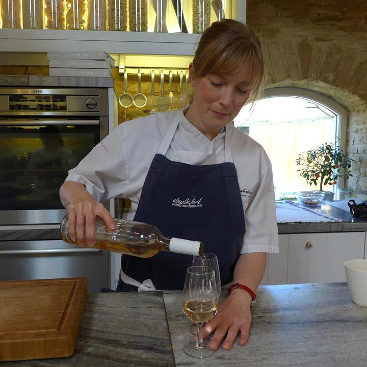 Kathy skjenker økologisk vin fra Provence.