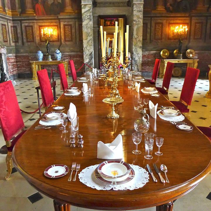 Tenk å sitte ved dette bordet, da. Det gjør faktisk de som eier slottet. De spiser her hver jul. Heldiggriser.