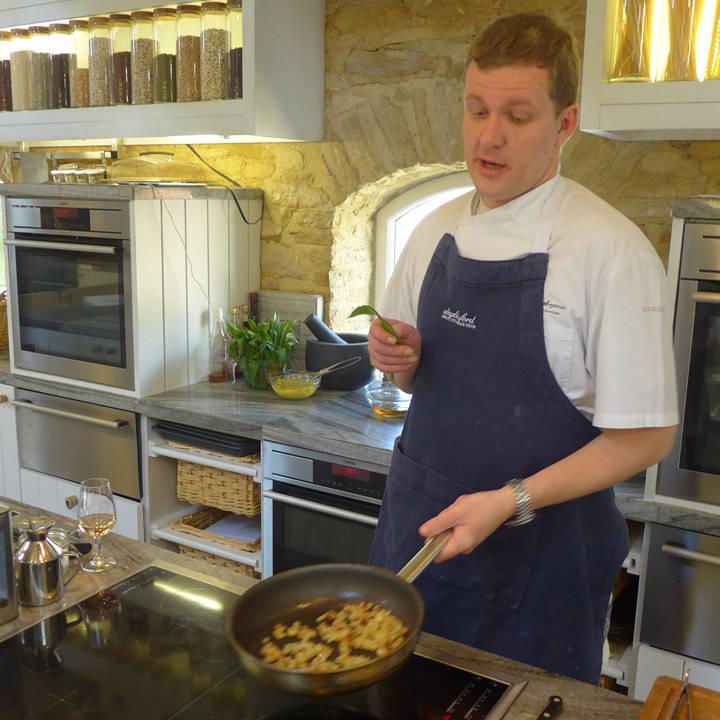 Kokken Steve steker poteter