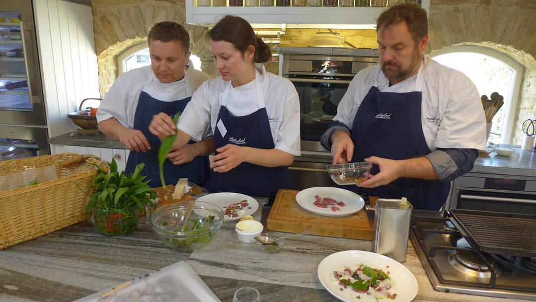 Matbloggere lærer å lage mat.