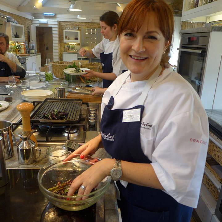 Svenske Hedvig lager mat på kurset.