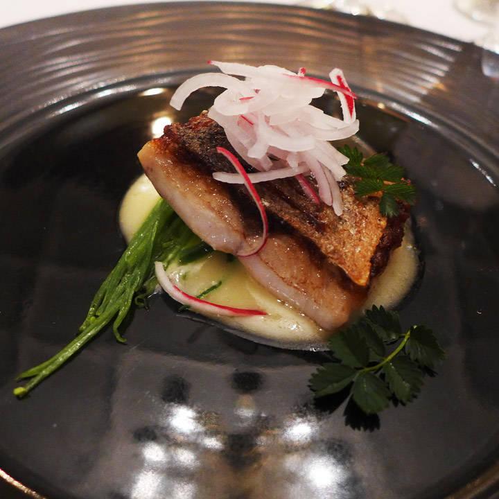 Sea Bass med sitron- olivenolje- og smørsaus, sukkererter og en deilig helårsurt som smaker av agurk og melon