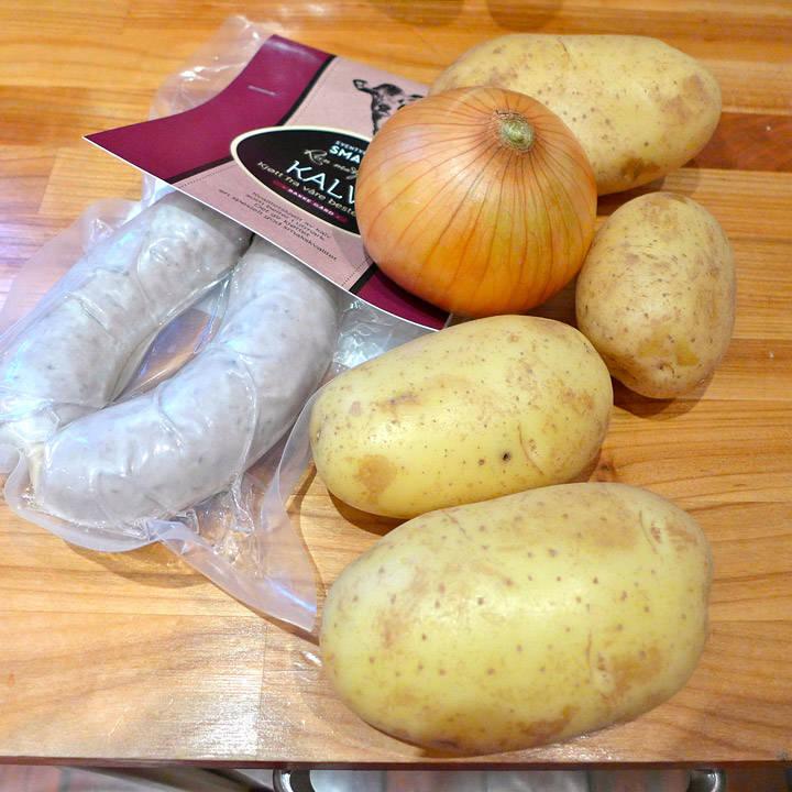 Pølser, poteter og løk. Basis for middag.