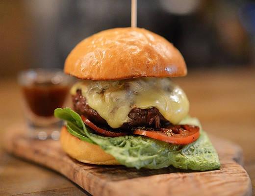 Osloburger'n: Burger laget av oksekjøtt av lokal og perfekt kvalitet som er lagret i 42 dager, oksehale som er bresert i 12 timer, pepperrot-cheddar,røkt margbeinsmajones, oksehale-shot og pommes frites. Foto: Oslo Hackney