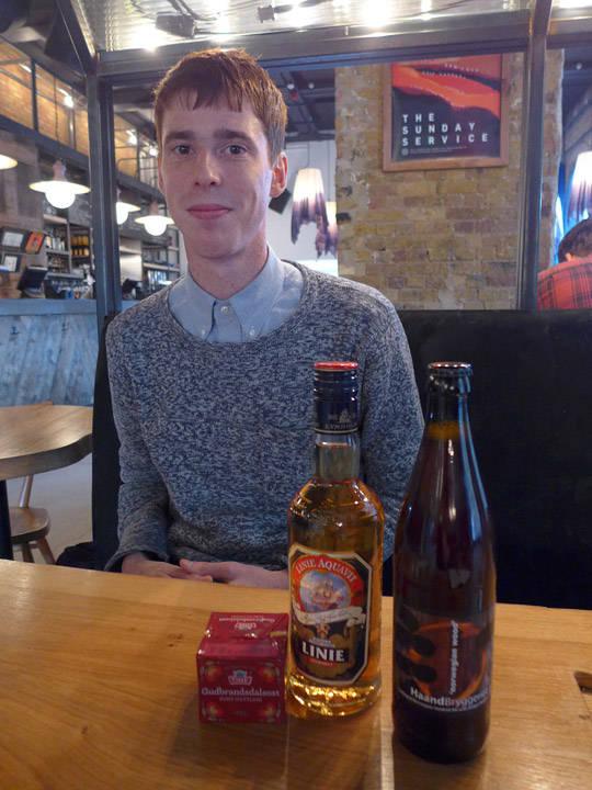 Jeg hadde med brunost, akevitt og norsk øl til Adam og de andre på Oslo Hackney.