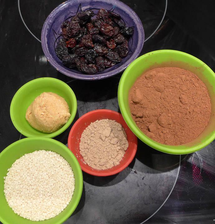 Rosiner, peanøttsmør, mandelmel, sesamfrø og kakao